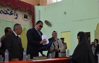 """بالصور..""""مكرم"""" يسلم  مواطني  الفيوم تأشيرات الحج"""