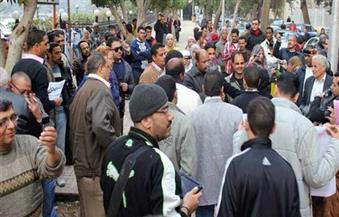 عشرات من عمال النظافة والكسح بأسيوط يُنظمون وقفة احتجاجية للمطالبة بالتثبيت