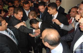 بالصور..طالب يُقبل يد العالم أحمد زويل  تقديرًا لعلمه  ومكانته أثناء خروجه من دار الأوبرا المصرية