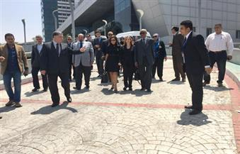 بالصور.. جثمان زويل يصل مطار القاهرة وفي استقباله قيادات مصر للطيران