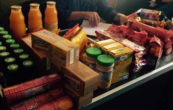 بالصور.. ضبط 535 عبوة مواد غذائية منتهية الصلاحية داخل محل سوبر ماركت بالغردقة