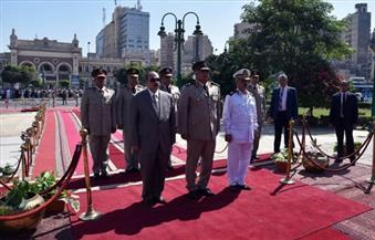 بالصور.. محافظ الإسكندرية وقيادات الجيش والشرطة يضعون إكليل الزهور على النصب التذكاري للشهداء