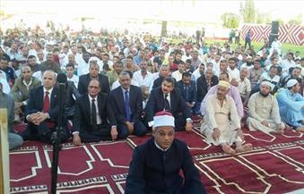 بالصور.. عشماوى يقدم الهدايا العينية والمادية للمرضى بمستشفى الخارجة العام