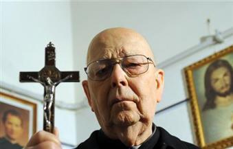 قال إن هتلر وستالين والدواعش بهم مس شيطاني.. وفاة أشهر قس طارد للأرواح الشريرة في الفاتيكان