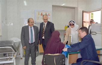 توقيع الكشف على 300 حالة بقرية هوارة المقطع في قافلة طبية بجامعة الفيوم
