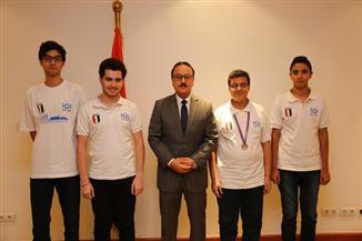 القاضي يُكرم الفائزين بالميدالية البرونزيةفي دورة الأوليمبياد الدولي للمعلوماتية