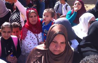 """بالصور.. تجمهر أولياء أمور تلاميذ مدرسة """"نشيل التجريبية"""" بالغربية احتجاجًا على استضافة أخرى"""