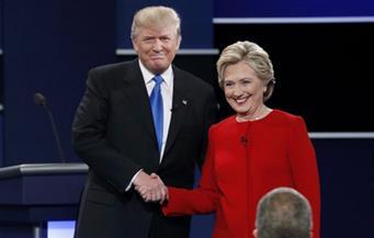 كلينتون وترامب يتبادلان الاتهامات في بداية المناظرة الرئاسية الأولي.. والمرشح الجمهوري يقاطع هيلاري