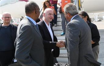 بالصور.. رئيس الاتحاد الدولي لكرة القدم يصل إلى القاهرة.. وعبد العزيز يستقبلة بالمطار