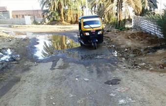 """بالصور.. بدء تنفيذ المصرف """"النزاز"""" بقرية أبو سمبل للقضاء على مشكلة رشح المياه الجوفية"""