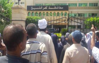 بالصور.. المئات من العاملين المؤقتين بالإدارات التعليمية بكفرالشيخ ينظمون وقفة احتجاجية لتأخر مستحقاتهم