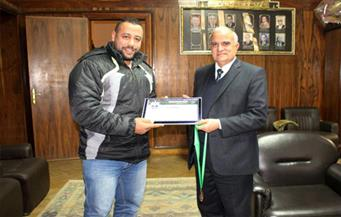 """بالصور.. رئيس جامعة طنطا يكرم موظفًا بإدارة الأمن لحصوله على برونزية """"القوة البدنية"""""""