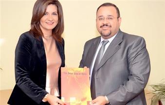 وزيرة الهجرة تلتقي هشام العسكري أستاذ الاستشعار عن بعد لتسلم أول أطلس للطاقة الشمسية المتجددة بمصر