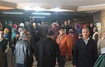 بالصور.. موظفو دار الكتب يتظاهرون بساحة الهيئة احتجاجًا على تأخير المكافآت