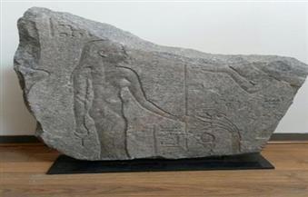 """وزارة الخارجية تسلم """"الآثار"""" قطعة حجرية من الجرانيت مستردة من سويسرا"""