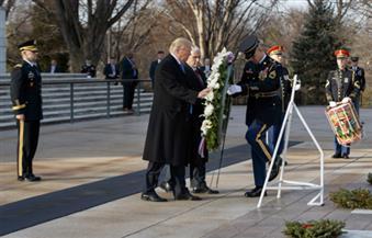 """بدأت الرحلة.. ترامب يضع إكليلا من الزهورعلي """"مقبرة أرلينجتون الوطنية"""""""