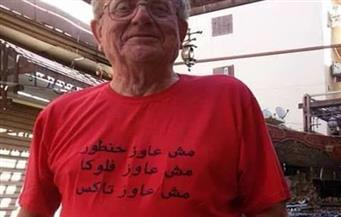 """بالصور.. سائح بالأقصر يكتب على قميصه """"مش عاوز حنطور ولا فلوكا"""" للتخلص من العاملين"""