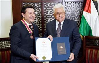 بالصور.. الرئيس الفلسطينى يقلد الفنان هانى شاكر وسام الثقافة والعلوم والفنون
