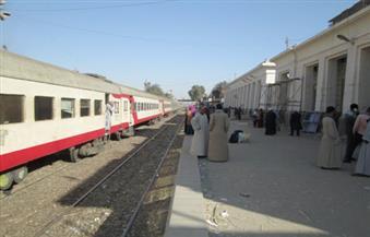 بالصور.. تسيير 11 قطارا متوقفة منذ الأمس في محطات أسوان