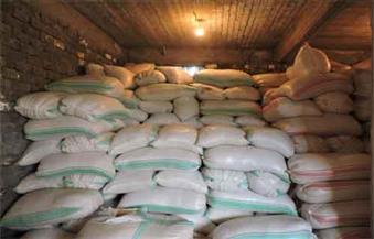 بالصور.. ضبط 50 طن أرز شعير أرز خزنها تاجران لإعادة بيعها فى السوق السوداء بالبحيرة