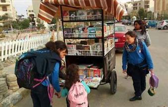 """بالصور.. هدير ومحمد يصنعان الأمل بشوارع القاهرة بعجلة الكتب المتنقلة """"بوكس بايك"""""""