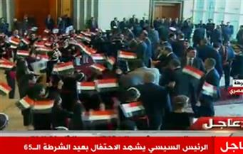 الأطفال يستقبلون الرئيس بأعلام مصر خلال الاحتفال بعيد الشرطة
