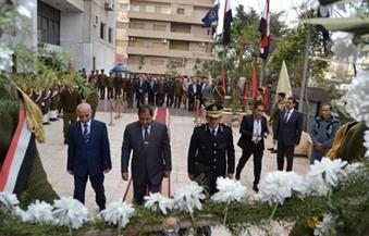 بالصور.. محافظ الغربية ومدير الأمن يضعان إكليلاً من الزهور على النصب التذكاري لشهداء الشرطة