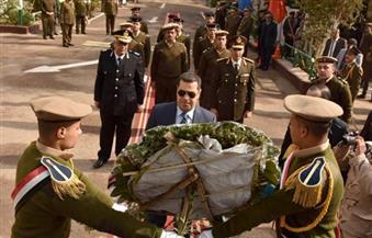 بالصور.. محافظ أسيوط يضع إكليلاً من الزهور على النصب التذكاري للشهداء