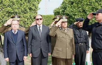 بالصور.. محافظ دمياط ومدير الأمن يضعان إكليلاً من الزهور على النصب التذكاري لشهداء الشرطة
