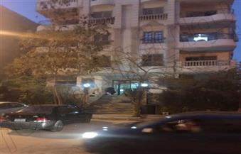 """""""بوابة الأهرام"""" في مسرح جريمة ذبح شخص أمام زوجته وإصابة آخر.. ورئيس المباحث ينقل مكتبه أمام العقار"""