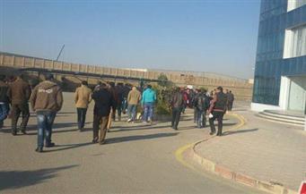 """بالصور.. وقفة احتجاجية للعاملين بمصنع """"القاهرة للزجاج"""" للمطالبة برفع الأجور"""