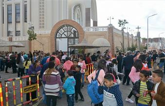 بالصور.. توافد مئات المواطنين على ساحة كاتدرائية الأنبا شنودة بالغردقة للاحتفال بعيد الميلاد المجيد