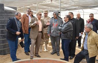 بالصور.. محافظ الإسماعيلية يتفقد الصوب الزراعية والحقل الإرشادي بمشروع قرية الأمل