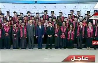 الرئيس السيسي يلتقط صورة تذكارية مع شباب مبادرة رواد تكنولوجيا المستقبل