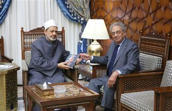 """عمرو موسى  يهدى  كتابه الجديد """"كتابيه"""" لشيخ الأزهر"""
