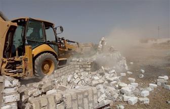 """إزالة 20 حالة تعدِ بالبناء وإشغالات بعزب """"دار السلام"""" بالفيوم"""