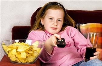دراسة تحذر من مشاهدة طفلك للتليفزيون أثناء تناول الطعام