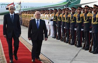 شريف إسماعيل يستقبل رئيس الوزراء العراقي بمطار القاهرة