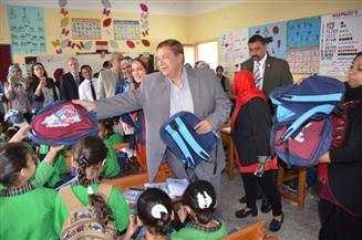 توزيع 950 حقيبة مدرسية مهداة من إحدى شركات الأدوية لطلاب محافظة الإسماعيلية