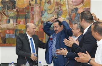 رئيس تحرير بوابة الأهرام يهدي لطفي بوشناق درع البوابة.. والفنان التونسي: أتمنى أن أكون جديرًا بحمله