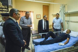 محافظ الإسكندرية يطمئن على مصاب في حريق مصنع البويات