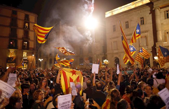 تصاعد العنف في برشلونة مع مشاركة نصف مليون شخص في تجمعات مؤيدة للاستقلال