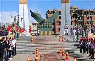 وزير التنمية المحلية ونائب قائد البحرية يضعان إكليلًا من الزهور على النصب التذكاري بالبرلس | صور