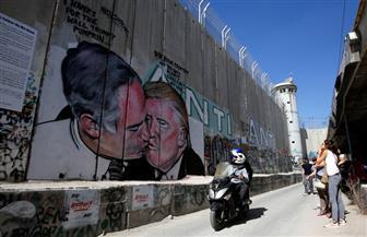 قبلة ترامب ونتانياهو على الجدار العازل تستهوى هواة السيلفى   صور