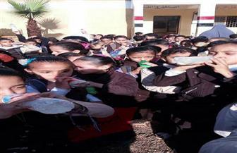 """مدير مدرسة بالدقهلية يُلزم الطلاب بشرب """"اللبن"""" في طابور الصباح"""