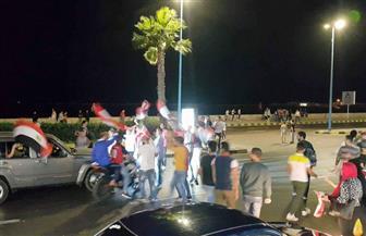 الآلاف يحتفلون بصعود مصر لكأس العالم على كورنيش الإسكندرية | صور