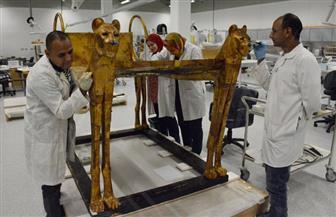 سيارة مجهزة بقواعد هيدروليكية تنقل السرير الثاني للملك توت عنخ أمون للمتحف الكبير | صور