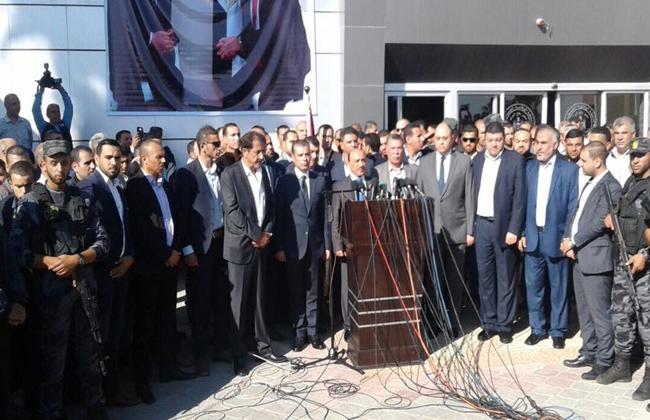 وصول وزراء بحكومة التوافق الفلسطينية إلى معبر رفح لبدء إجراءات تسلمه رسميًا | صور