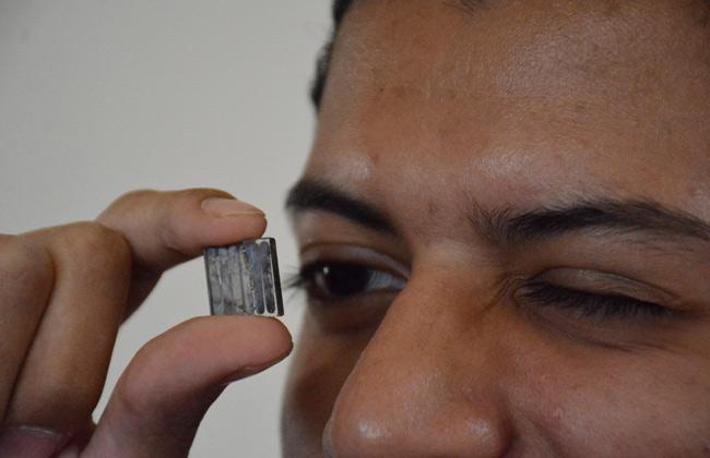 طالبان مصريان يبتكران أصغر خلية شمسية لتوليد الطاقة الكهربائية فى العالم صور