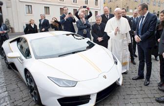 بابا الفاتيكان يحصل على سيارة لامبورجيني لبيعها في مزاد خيري.. ويركب الفورد